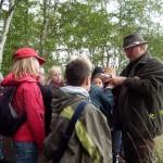 Rainer Eschedor führt gekonnt junge und ältere Semester durch das Moor